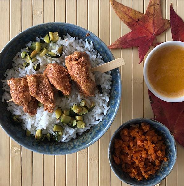 Brochette de poulet tandoori, riz basmati, poêlée de légumes de saison